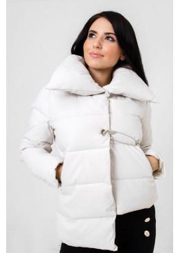 Демисезонная куртка с застежкой в виде булавки