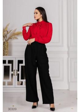 Костюм из блузы с воротом на завязках и брюк, красный