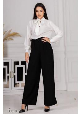 Костюм из блузы с воротом на завязках и брюк, белый