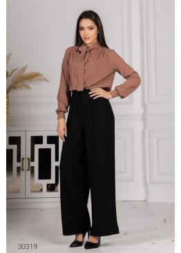 Костюм из блузы с воротом на завязках и брюк, бежевый
