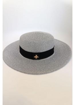 Шляпа с отделкой люрексовой нитью и брошью