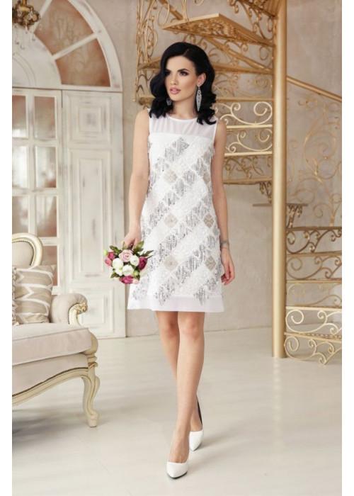 Вечернее платье белого цвета, украшено пайетками