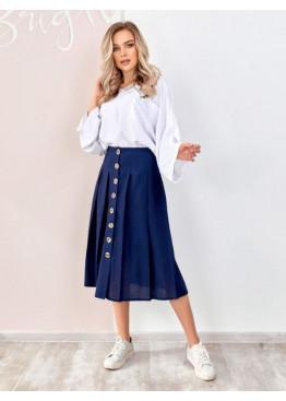 Синяя льняная юбка на пуговицах с присборенная складками и выточками на талии