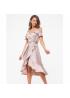 Стильное платье с поясом из шелка на бретелях