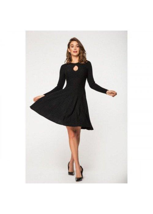 Стильное вязаное платье с длинным рукавом и расклешенной юбкой