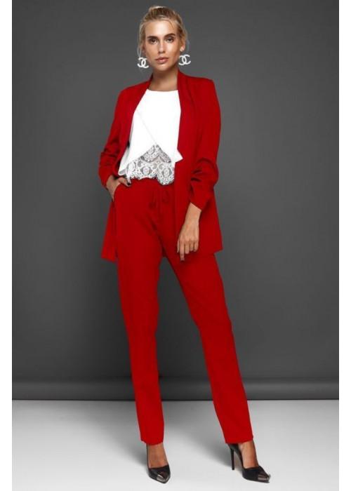 Костюм красный с удлиненным жакетом и прямыми брюками