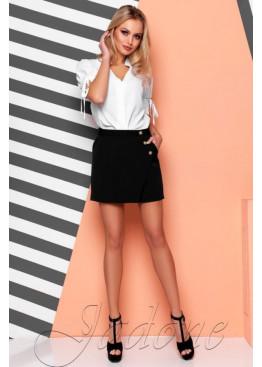 Классические шорты дополняются красивой обтягивающей юбкой по боку с одной стороны