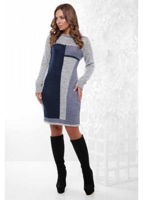 Модное вязаное платье в серо-синих тонах