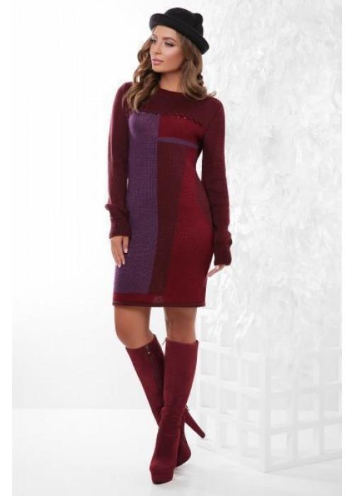Модное вязаное платье в бордово-фиолетовых тонах