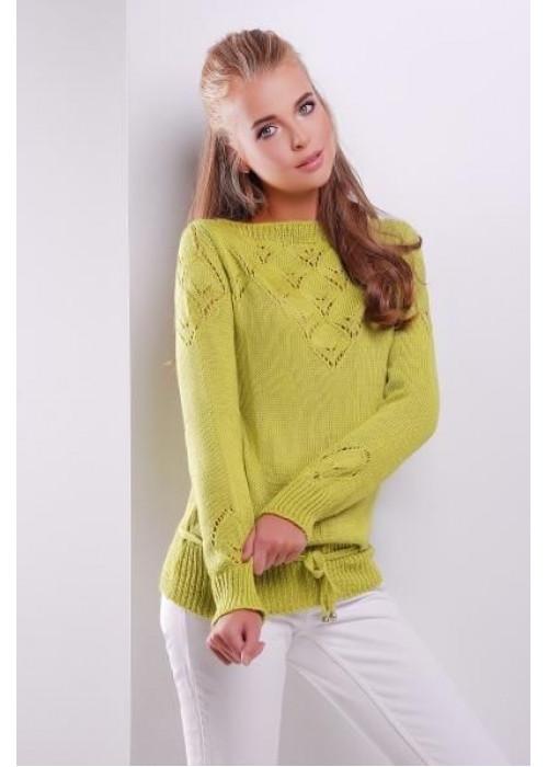 Однотонный фисташковый свитер, дополнен тонким пояском