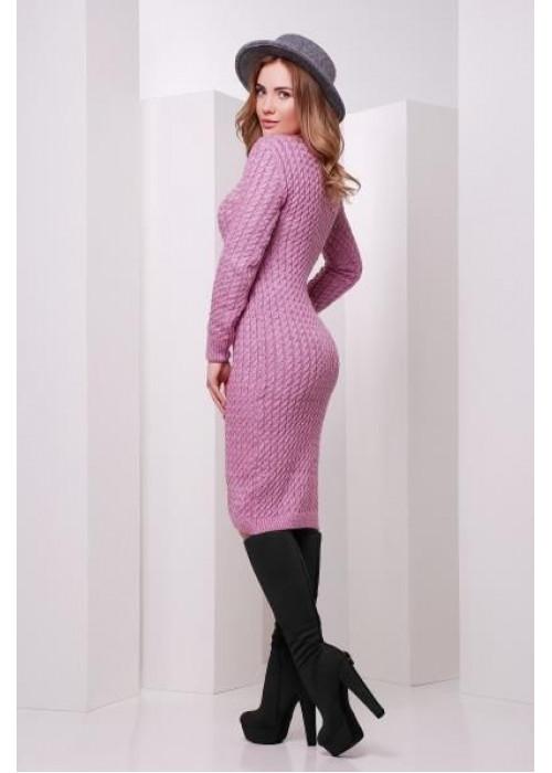 Модное сиреневое вязаное платье слегка приталенного силуэта с манжетами