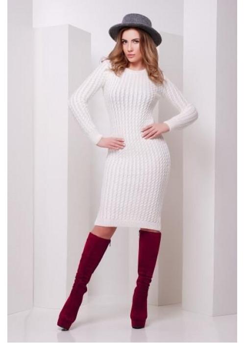 Модное молочное вязаное платье слегка приталенного силуэта с манжетами