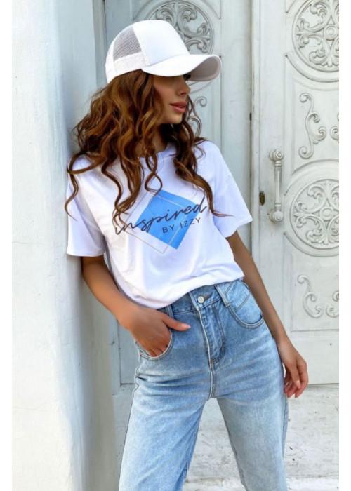 Базовая белая футболка с голубым принтом