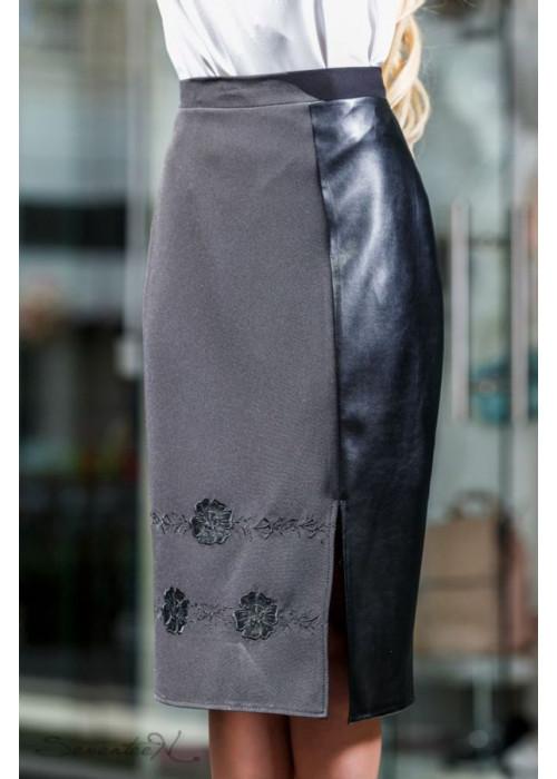 Стильная юбка миди с вышивкой по низу