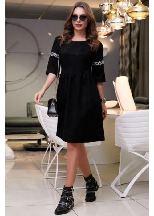 Платье черного цвета с нашивной лентой на рукавах