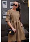 Платье приятного кофейного цвета с нашивной лентой на рукавах