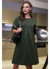 Платье приятного зеленого цвета с нашивной лентой на рукавах